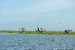 Деревня рыболова в Таиланде с несколькими удя инструментов вызвала стоковое фото