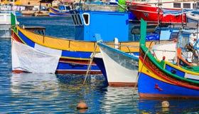 Деревня рыболовов Marsaxlokk в Мальте Традиционные красочные шлюпки на порте Marsaxlokk крупного плана eyedroppers высокий разреш Стоковые Фотографии RF