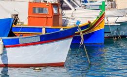 Деревня рыболовов Marsaxlokk в Мальте Традиционные красочные шлюпки на порте Marsaxlokk крупного плана eyedroppers высокий разреш Стоковые Изображения RF