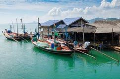 Деревня рыболова на ясном море в временени (панорамный взгляд) Стоковые Изображения RF
