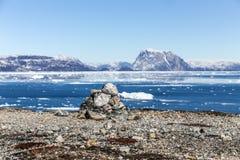 Деревня рыболовов Qoornoq каменной кучи близрасположенная бывшая, в middl Стоковое фото RF