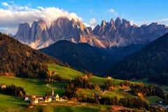 Деревня Санта Maddalena с волшебными горами доломитов в предпосылке, долине Funes di Val стоковое изображение