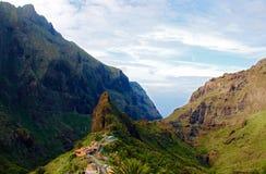 Деревня спрятанная между 2 горами Стоковые Изображения RF