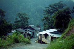 Деревня среди зеленых гор Стоковые Изображения RF