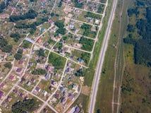 Деревня съемки трутня вертолета с дорогой стоковая фотография rf