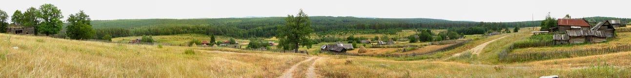 Деревня с домами, лес панорамы, горы Стоковые Изображения