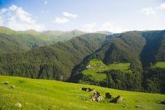 Деревня с церковью в долине среди гор 2005 архитектурноакустически коробок искусства зодчества красивейших строя состязательный d стоковое фото