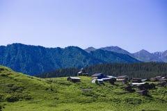Деревня с церковью в долине среди гор 2005 архитектурноакустически коробок искусства зодчества красивейших строя состязательный d стоковые изображения rf
