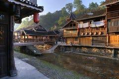 Деревня этнического меньшинства Дуна в свете захода солнца, Китай стоковое изображение rf