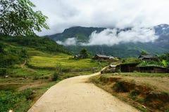 Деревня этнического меньшинства с дорогой, домами, полем риса террасы в y Ty, Lao Cai, северном Вьетнаме Стоковые Изображения