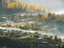Деревня Altit в тумане, долине Hunza, Karimabad, Пакистане Стоковое Изображение RF