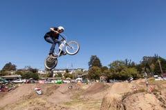 ДЕРЕВНЯ APTOS - 14-ОЕ АПРЕЛЯ: 4-ый ежегодный Fe горного велосипеда Santa Cruz Стоковое фото RF