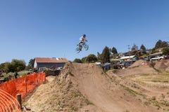 ДЕРЕВНЯ APTOS - 14-ОЕ АПРЕЛЯ: 4-ый ежегодный Fe горного велосипеда Santa Cruz Стоковое Фото