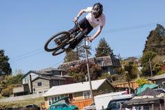 ДЕРЕВНЯ APTOS - 14-ОЕ АПРЕЛЯ: 4-ый ежегодный Fe горного велосипеда Santa Cruz Стоковые Изображения