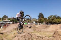 ДЕРЕВНЯ APTOS - 14-ОЕ АПРЕЛЯ: 4-ый ежегодный Fe горного велосипеда Santa Cruz Стоковые Фото