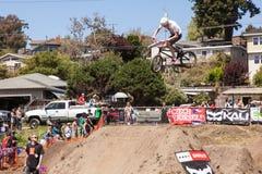 ДЕРЕВНЯ APTOS - 14-ОЕ АПРЕЛЯ: 4-ый ежегодный Fe горного велосипеда Santa Cruz Стоковые Изображения RF