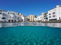 Деревня Cadaques портового района и песочное морское дно Испания Стоковая Фотография
