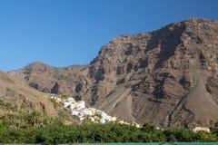 Деревня calera Ла врезана между горами в долине Gran Rey стоковые фото