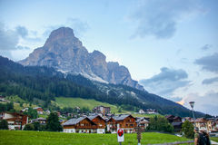 Деревня Corvara и ландшафт доломита стоковые изображения rf