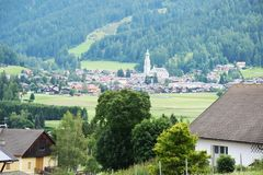 Деревня Dobiacco панорамного взгляда и ландшафта, в Cadore, горы Dolomity, Италия стоковое фото