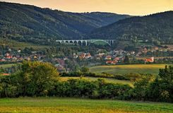 Деревня Dolni Loucky на сумраке с железнодорожным мостом стоковое изображение