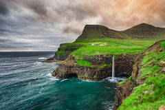 Деревня Gasadalur и свой водопад, Фарерские острова, Дания Стоковая Фотография RF