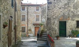 Деревня Gualdo красивая в Тоскане, Италии Стоковые Фотографии RF