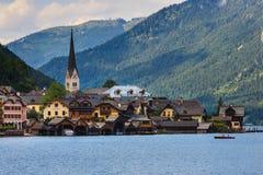 Деревня Hallstatt в австрийских горных вершинах Стоковое Изображение RF