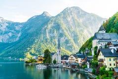Деревня Hallstatt на озере Hallstatter в австрийце Альп стоковое фото