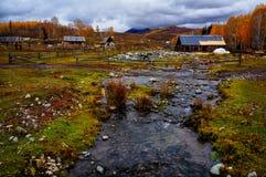 Деревня Hemu, красивое горное село в Синьцзян стоковые изображения rf