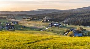 Деревня Jizerka на времени захода солнца Взгляд от горы Bukovec, гор Jizera, чехии стоковое фото