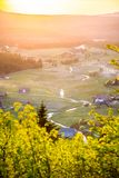 Деревня Jizerka на времени захода солнца Взгляд от горы Bukovec, гор Jizera, чехии стоковое фото rf