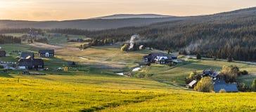Деревня Jizerka на времени захода солнца Взгляд от горы Bukovec, гор Jizera, чехии стоковые изображения