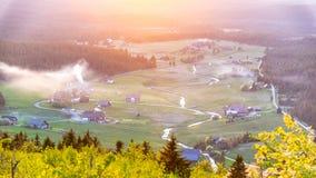 Деревня Jizerka на времени захода солнца Взгляд от горы Bukovec, гор Jizera, чехии стоковые фото