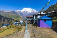 Деревня Landruk увиденная на пути к базовому лагерю Annapurna стоковое изображение rf