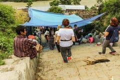 Деревня Lobesa, Punakha, Бутан - 11-ое сентября 2016: Туристы спуская лестницы к местному базару Стоковые Фотографии RF