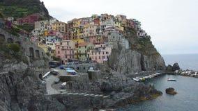 Деревня Manarola на утесах скалы и море, национальном парке Cinque Terre, Лигурии, Италии, Европе видеоматериал
