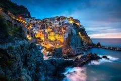 Деревня Manarola, побережье Cinque Terre Италии Manarola красивый маленький город в провинции Ла Spezia, Лигурии, к северу от стоковые фотографии rf