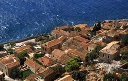 Деревня Monemvasia в горах на полуострове Monemvasia, Пелопоннесе, Греции/красивом vasia Monem древнего города, Греции стоковое фото rf