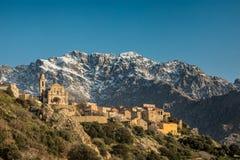 Деревня Montemaggiore и Monte Grosso в Корсике Стоковая Фотография