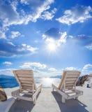 Деревня Oia с sunbeds на острове Santorini в Греции Стоковая Фотография RF