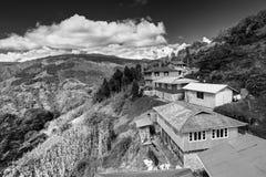 Деревня Okhrey, гималайская горная цепь в backgroud Стоковые Изображения RF