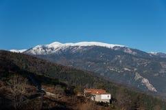 Деревня Palaios Panteleimonas в зоне Leptokaria с Olympus Стоковое Изображение