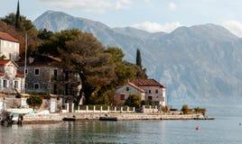Деревня Perast на побережье залива Boka Kotor - Черногории - природа и предпосылка архитектуры, популярное назначение перемещения стоковое изображение rf