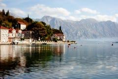 Деревня Perast на побережье залива Boka Kotor - Черногории - природа и предпосылка архитектуры, популярное назначение перемещения стоковая фотография rf