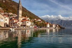 Деревня Perast на побережье залива Boka Kotor - Черногории - природа и предпосылка архитектуры, популярное назначение перемещения стоковые фото