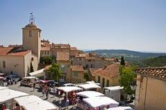 Деревня Ramatuelle с церковью и магазинами стоковая фотография