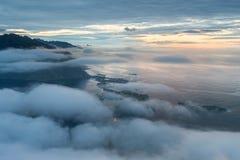 Деревня Reine в облаках и тумане в раннем утре Света в ноче, Норвегия Lofotens стоковое изображение rf