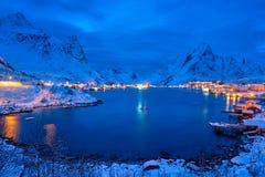 Деревня Reine на ноче Острова Lofoten, Норвегия стоковые изображения rf