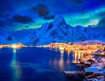 Деревня Reine на ноче Острова Lofoten, Норвегия стоковое фото